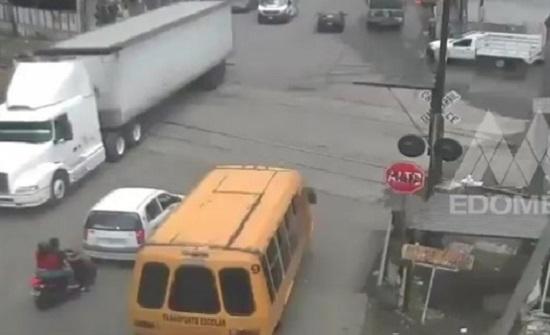 قطار يدهس شاحنة ضخمة بالمكسيك (فيديو)
