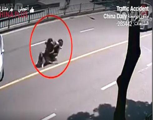 نهاية غير متوقعة لحادث «موتوسيكل» يحمل عائلة (فيديو)