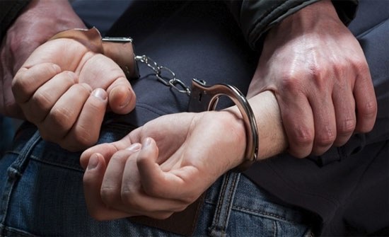 """عمان : القبض على مطلوب """"خطير"""" بحقه قضايا سرقة واغتصاب واختلاق الجرائم"""