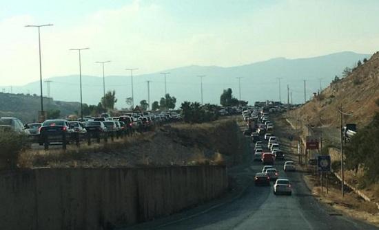 بالصور : موكب سيارات لاستقبال فريحات يغلق طريق اربد عمان