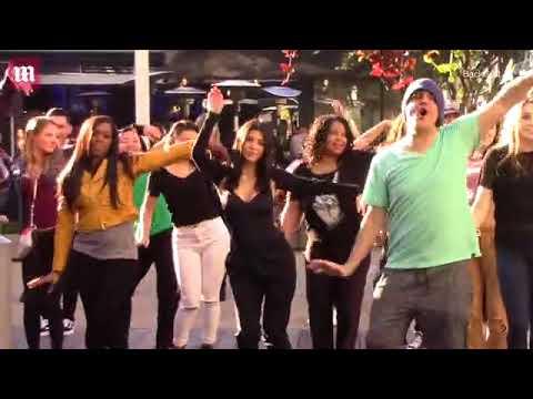 شاهد: كورتني وكلوي كارداشيان يشاركان في رقصة جماعية بالشارع
