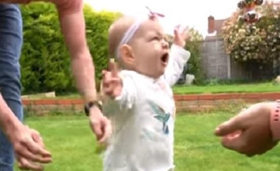 طفلة عمرها ستة أشهر يمكنها المشي (فيديو)