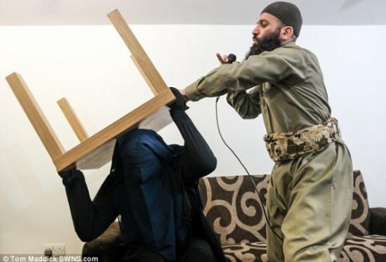 """بالصور والفيديو: إمام مسجد في بريطانيا يطرد """"جن عاشق"""" من"""" فتاة"""" مقابل 60 جنيه إسترليني !"""