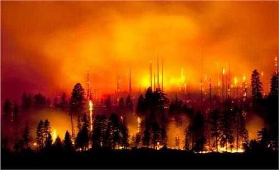 اخلاء بلدة يونانية من سكانها لاقتراب حريق غابات هائل