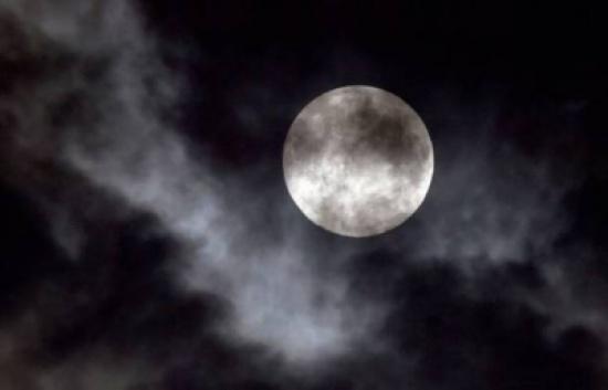 كوارث ورعب بهذا التوقيت.. إحذروا عندما يكون القمر بدرًا