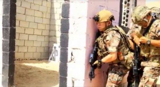 شاهد.. الملك خلال تمرين عسكري بـ'الذخيرة الحية'.. (فيديو)