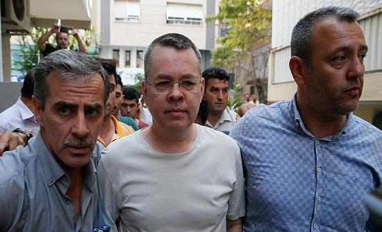 """الأمن التركي ينقل القس """"برانسون"""" إلى المحكمة"""