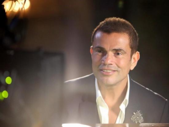 فيديو نادر- عمرو دياب كما لم تشاهدوه من قبل وهو يرقص بحماس على المسرح