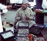 من هو هذا الرجل الذي يبيع الخواتم والمسابح؟