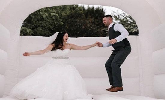 """بالصور: """"نطاطة للعروسين والمدعوين"""".. أحدث صيحات كوشة الزفاف في بريطانيا"""