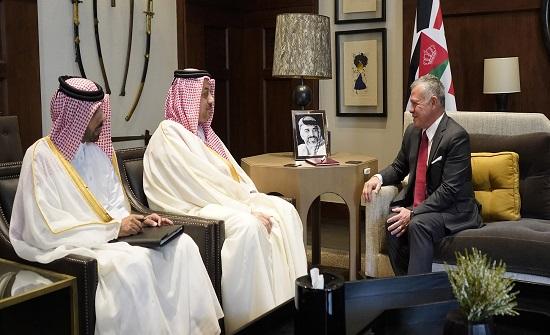 الملك يستقبل نائب رئيس مجلس الوزراء وزير الدفاع القطري