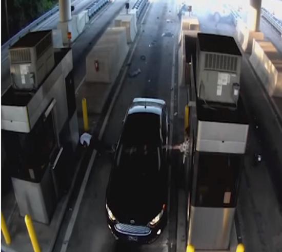 بالفيديو: سيارة تقذف صاحبها من الزجاج الامامي بعد اصطدامها بمنفذ دفع الرسوم