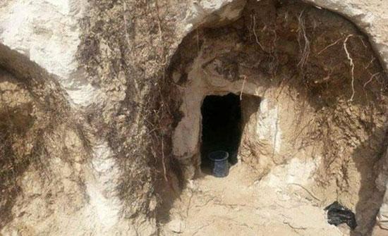 شخص يعثر على مقبرة أثرية في حديقة منزله