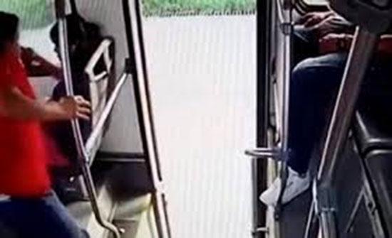 شابان يلقنان لصا حاول سرقة هاتف فتاة «علقة ساخنة» (فيديو)