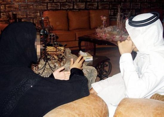 نظرة شرعية بين شاب وفتاة تشعل خلاف حاد بين عائلتين بـ الرياض.. وهذا ما اشترطته والدة العروس