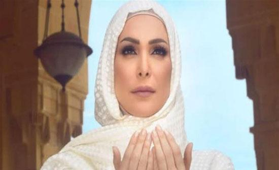 أمل حجازي في بيت الله الحرام.. وتطلب السماح (فيديو)