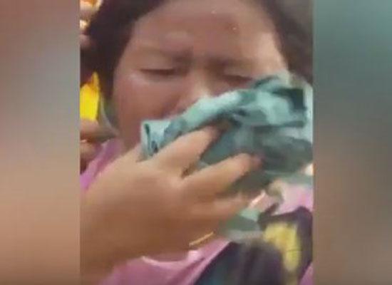 بالفيديو:  لقطات مخيفة لسرب نحل يلدغ سيدة في وجهها