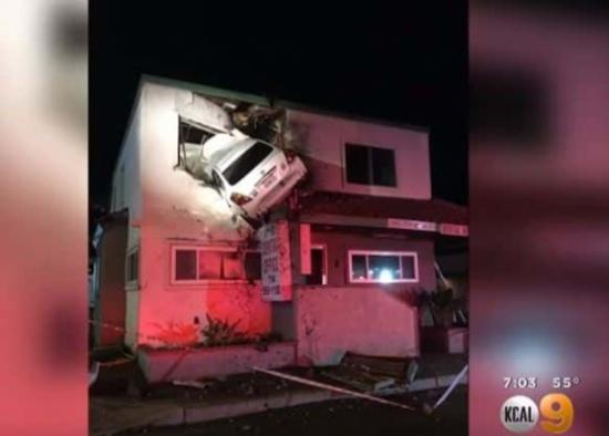 حادث غريب.. شاهد: كيف وصلت هذه السيارة إلى نافذة الطابق الثاني؟!