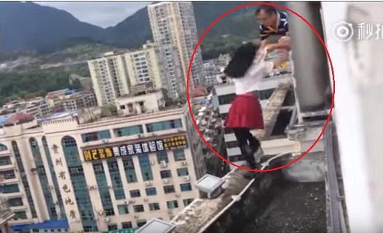 فيديو| في اللحظة الأخيرة .. ماذا حدث لهذه التلميذة التي حاولت الإنتحار من الطابق الـ17؟!