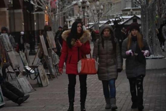 يهاجم النساء ذات التنانير في الشارع ثم يقدم على فعلة غريبة!