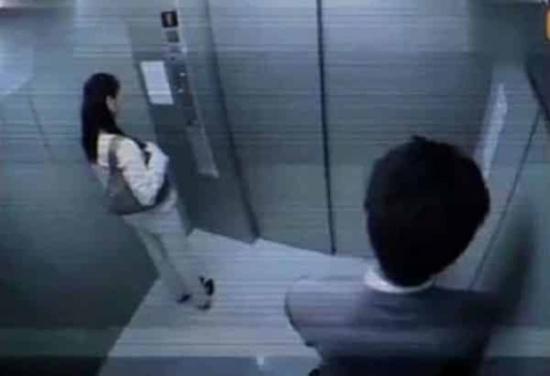 طبيب يهتك عرض فتاة ويبتلع شريحة هاتفه لسبب غريب.. وهدد الشرطة: لو ذبحتموني لن تأخذوها