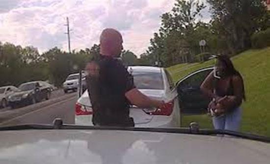 بالفيديو.. شرطي ينقذ رضيعا من الموت في أمريكا