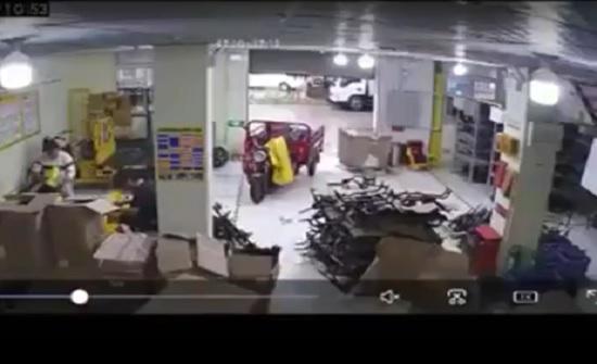 دراجة نارية تتحرك وحدها في مفاجأة لعاملين (فيديو)