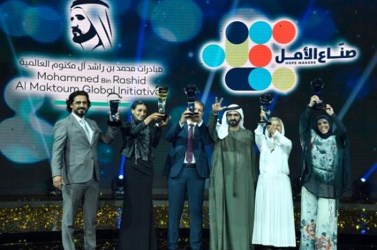 فيديو وصور: محمد بن راشد يفاجئ العالم العربي بتتويج خمسة صناع أمل