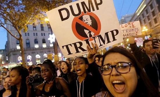 احتجاجات ضد ترامب في ذكرى تنصيبه