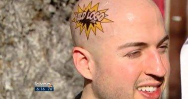 """رجل """"أصلع"""" يستخدم رأسه كلوحة إعلانية ليحصل على 320 دولارا يوميا"""