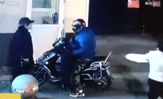 بالفيديو : طفل يضرب رجلا ضخما دفاعا عن والدته