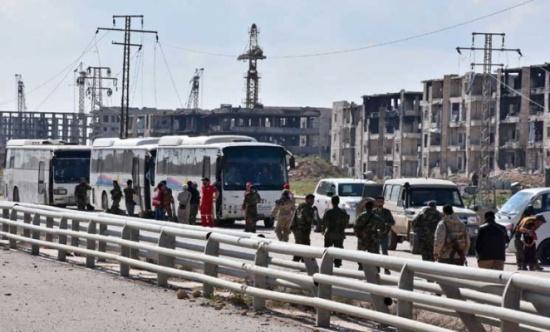 حوالى أربعة آلاف شخص متوقفون منذ ساعات قرب حلب بعد اجلائهم