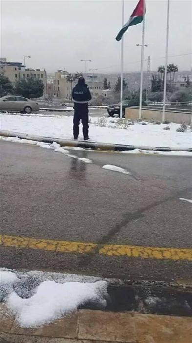 بالصور شرطي أردني يصلي الثلج 3b70cfc36adc21cc4ec5cd2f1b8c060d.jpg