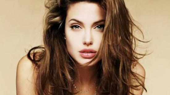 صور| شكل أنجلينا جولي يفاجئ الجميع... ويداها عجوزتان!