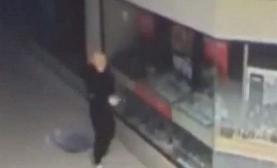 """اللّص """"شبيه ترامب"""".. حطّم محلّ مجوهرات والشّرطة تلاحقه! (فيديو)"""