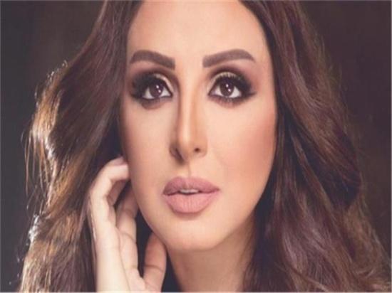 بالفيديو : الذباب يزعج أنغام في حفلها في الكويت