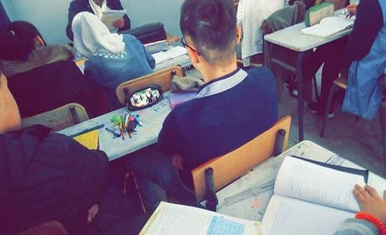 طالب يبتكر طريقة لمشاهدة مسلسل داخل الفصل