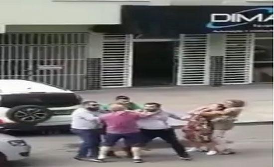 بالفيديو  : مسنة تخنق امرأة في شجار بين الرجال