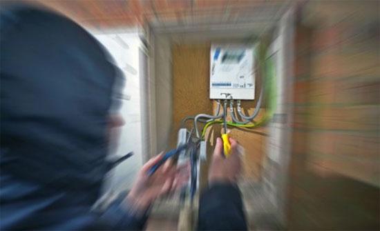 """""""فني قطع كهرباء"""" يحتال على 100 مواطن بسحاب بـ10 آلاف دينار"""