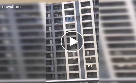 عمال يلقون مياها قذرة من ارتفاع 13 طابقا (فيديو)