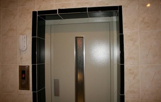 موظفون ومراجعون: مصعد صحة بني كنانة معطل منذ 3 سنوات