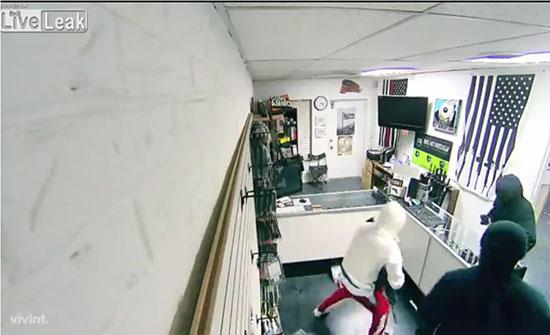 فيديو: لصوص يسرقون 33 بندقية في أقل من 90 ثانية