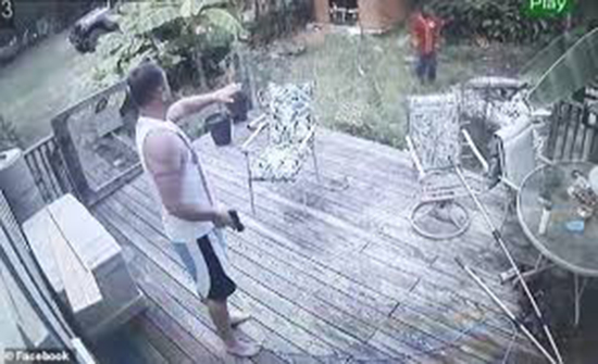 فيديو : صاحب منزل يفاجئ لصا حاول دخول البيت