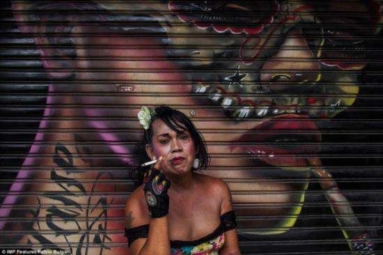 صور صادمة للذي يحدث في مدينة المتحولين جنسياً في اندونيسيا!