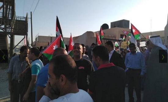 الزرقاء - بالصور :اولياء امور ينفذون وقفة احتجاجية امام مدرسة ربى