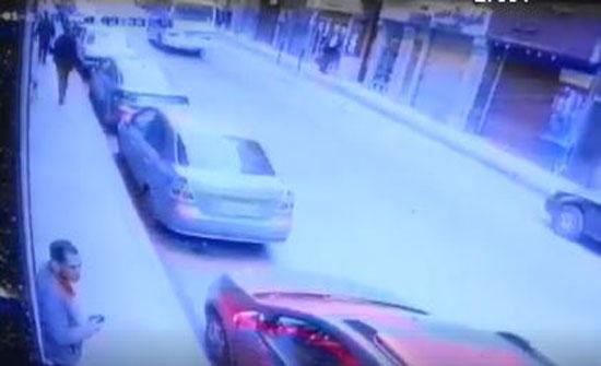 لحظة سرقة حقيبة امرأة من سيارتها (فيديو)