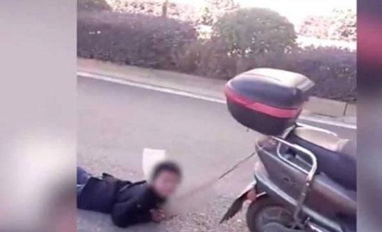 """بالفيديو: أم تسحل ابنها بدراجتها النارية.. """"لأنه شقي""""!"""