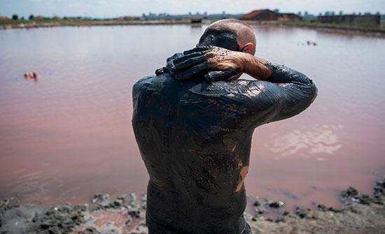 صور : السباحة فى الوحل وحمامات الملح.. أبرز مظاهر السياحة فى بلغاريا