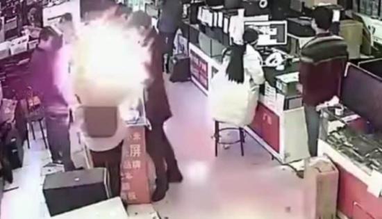 """بالفيديو: بطارية آيفون تنفجر في وجه صيني أثناء فحصه لها """"بأسنانه"""""""