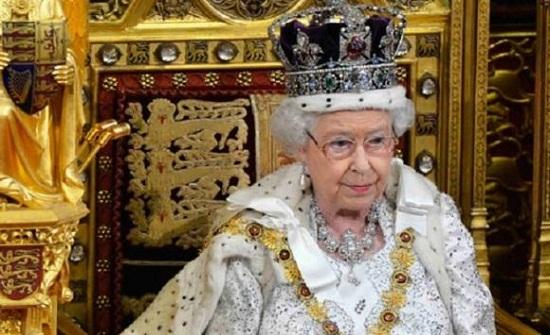 إليزابيث تشكو من ثقل التاج على رأسها